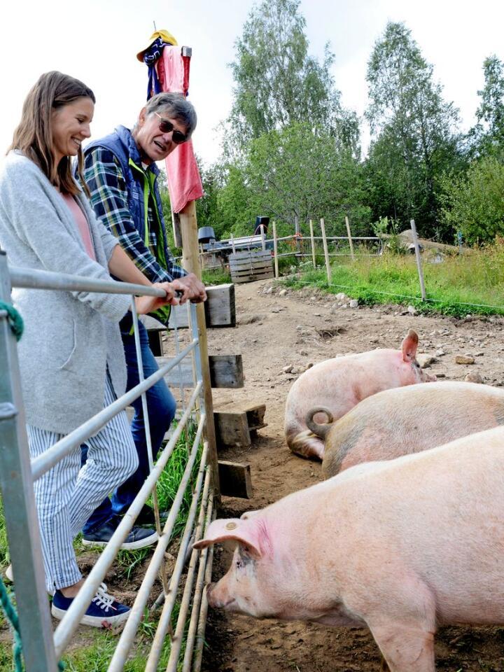 Else Storaas og pappa Jarle Storaas er fornøyd over at der er selvforsynte med gris. Foto: Mariann Tvete.