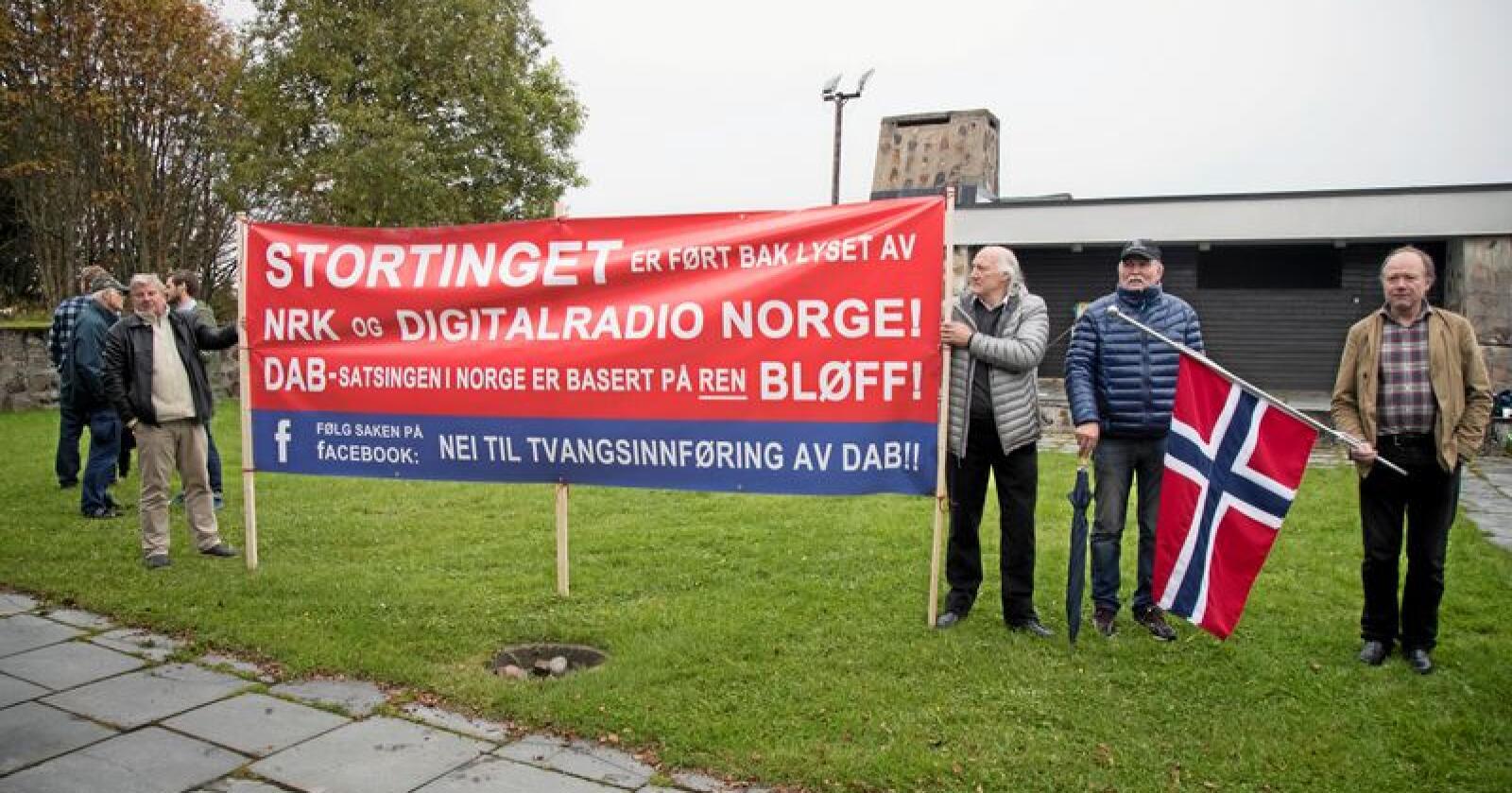 Mot dab: Motstandere av slukking av FM-nettet demonstrerer utenfor Tryvannstårnet i 2017. Foto: Heiko Junge / NTB scanpix
