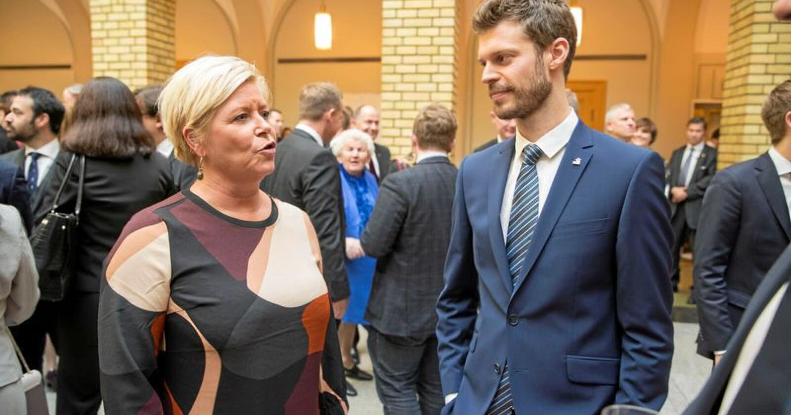Finansminister og Frp-leiar Siv Jensen saman med Raudt-leiar Bjørnar Moxnes. Deira parti har tent oppslutnad etter den siste månaden med uro. Foto: Vidar Ruud / NTB scanpix