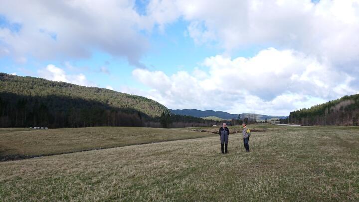 NYDYRKING: Gårdbruker Anders Hopland sammen med NLR-rådgiver Arve Arstein på skiftet som er dyrket opp. Foto: Sofie Arstein