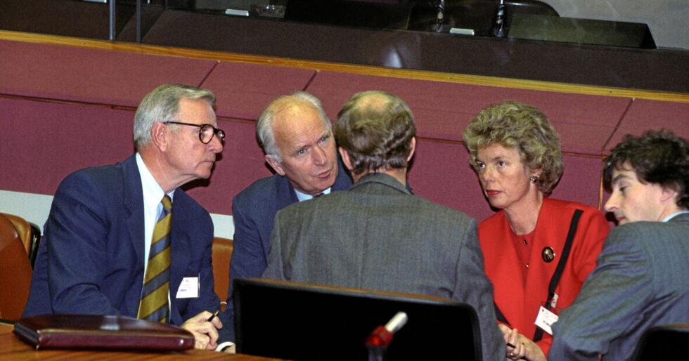 Forhandlinger: EØS-forhandlinger i Luxemburg i 1991. På bildet er bl.a. handelsminister Eldrid Nordbø, utenriksminister Thorvald Stoltenberg og forhandlingsleder Eivinn Berg (t.v.). Foto: Terje Bendiksby / NTB scanpix