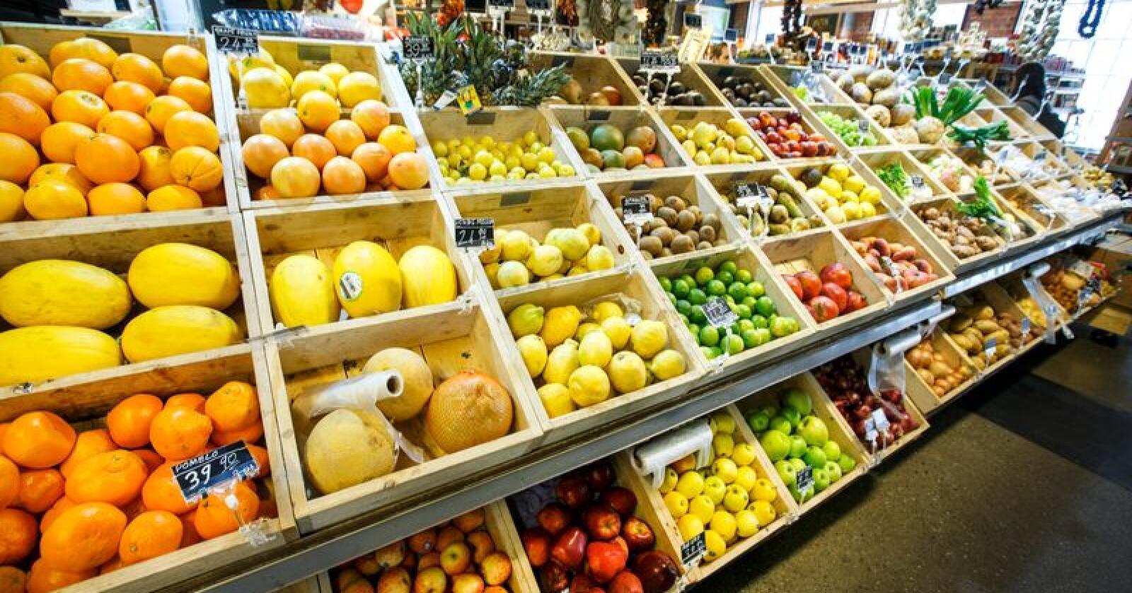 Mattilsynet finner spor av det forbudte plantevernmiddelet klorpyrifos på frukt, bær og grønnsaker i norske butikkhyller. Ifølge forskere kan det gi hjerneskader hos barn. Illustrasjonsfoto: Gorm Kallestad / NTB scanpix