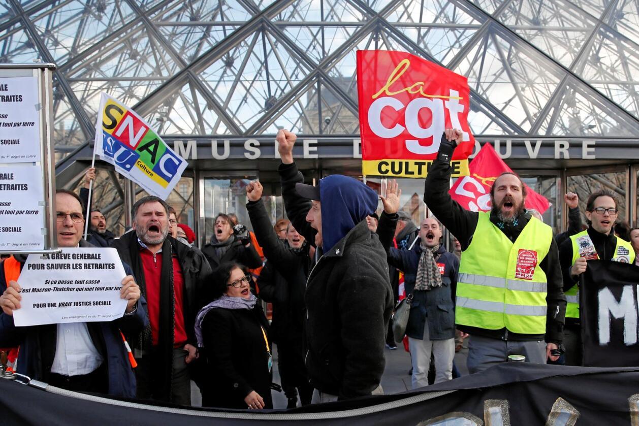 Streikende ansatte demonstrerer utenfor Louvre, som fredag måtte stenge dørene fordi inngangen ble sperret. Foto: François Mori / AP / NTB scanpix