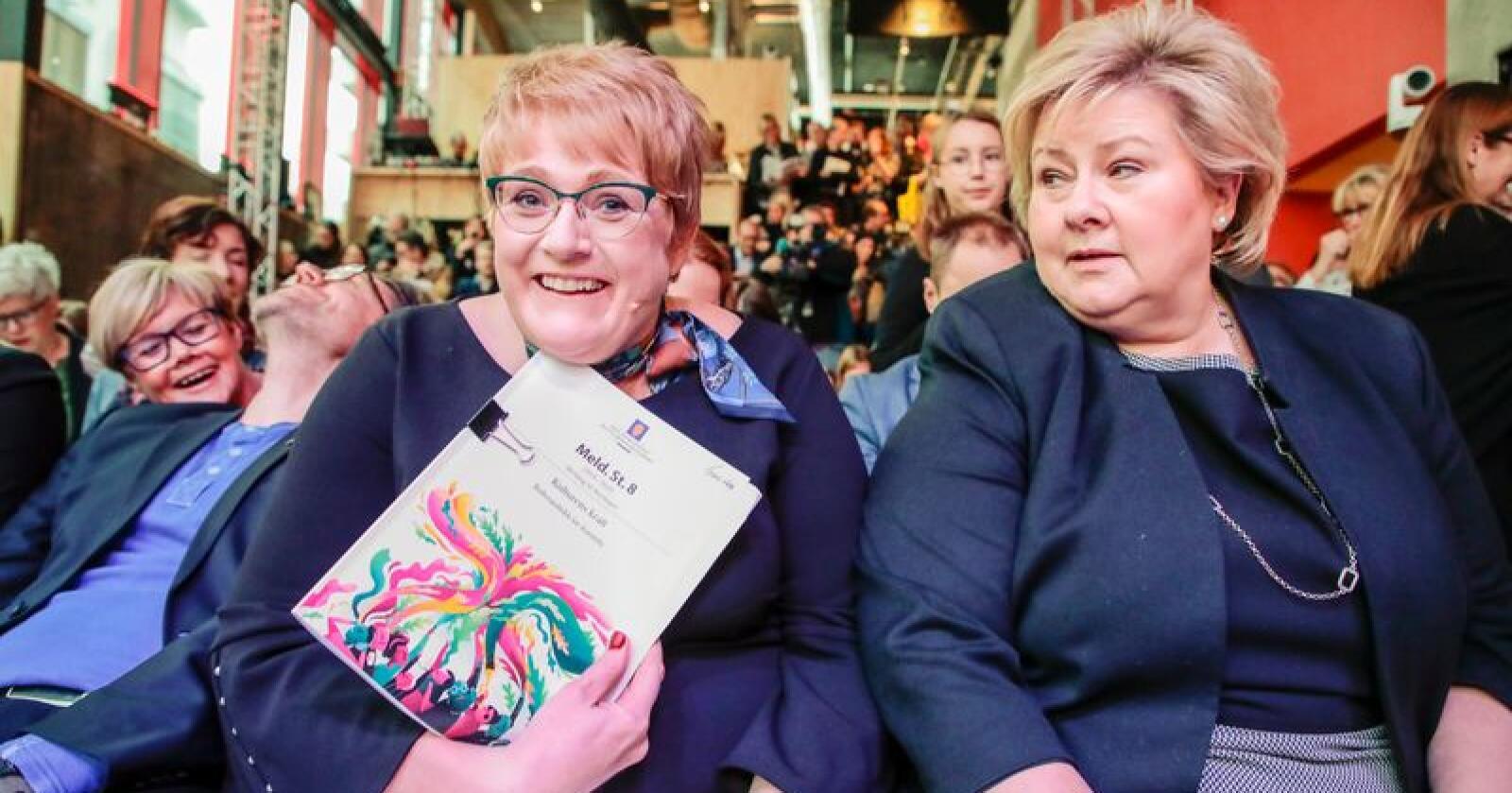 Kulturminister Trine Skei Grande (t.v.) og statsminister Erna Solberg med den nye kulturmeldingen. Foto: Håkon Mosvold Larsen / NTB scanpix