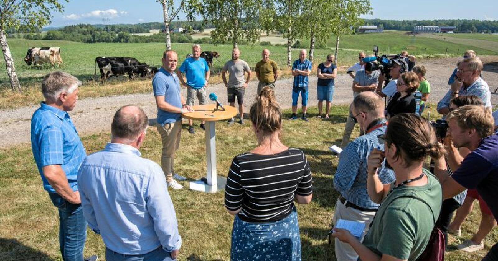 Møtte bønder: Mange møtte opp da Landbruksministeren møtte tørkerammede bønder i Vestfold. Foto: Vidar Sandnes