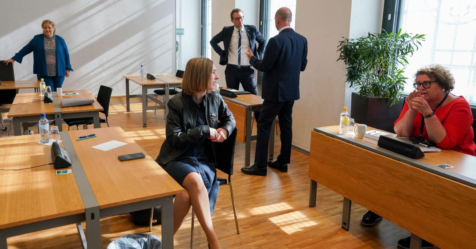 Næringsminister Iselin Nybø (V) og landbruks- og matminister Olaug Bollestad (KrF) slapp nyheten om støtteordningen tirsdag. Foto: Fredrik Hagen / NTB