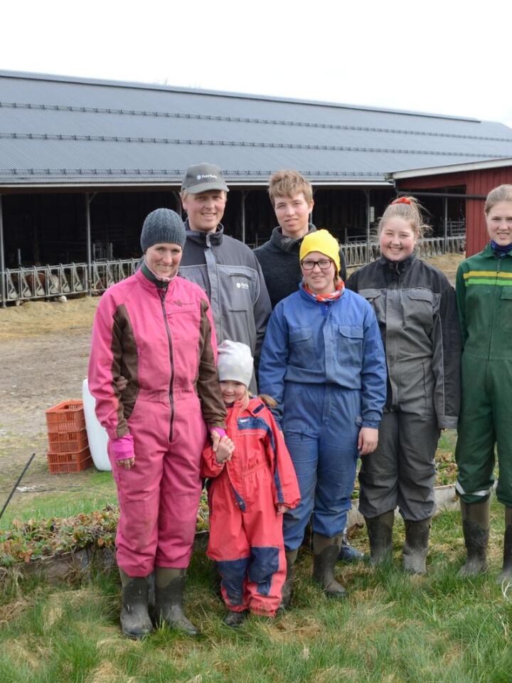 FAMILIE: Unn Stokkan Sandtorp (f. v.) og ektemannen Nils Håkon Sandtorp sammen med ungene Johannes (19), Kamilla (13), Margrete (15), Unn Marie (18). Foran står Maren Johanne (6).
