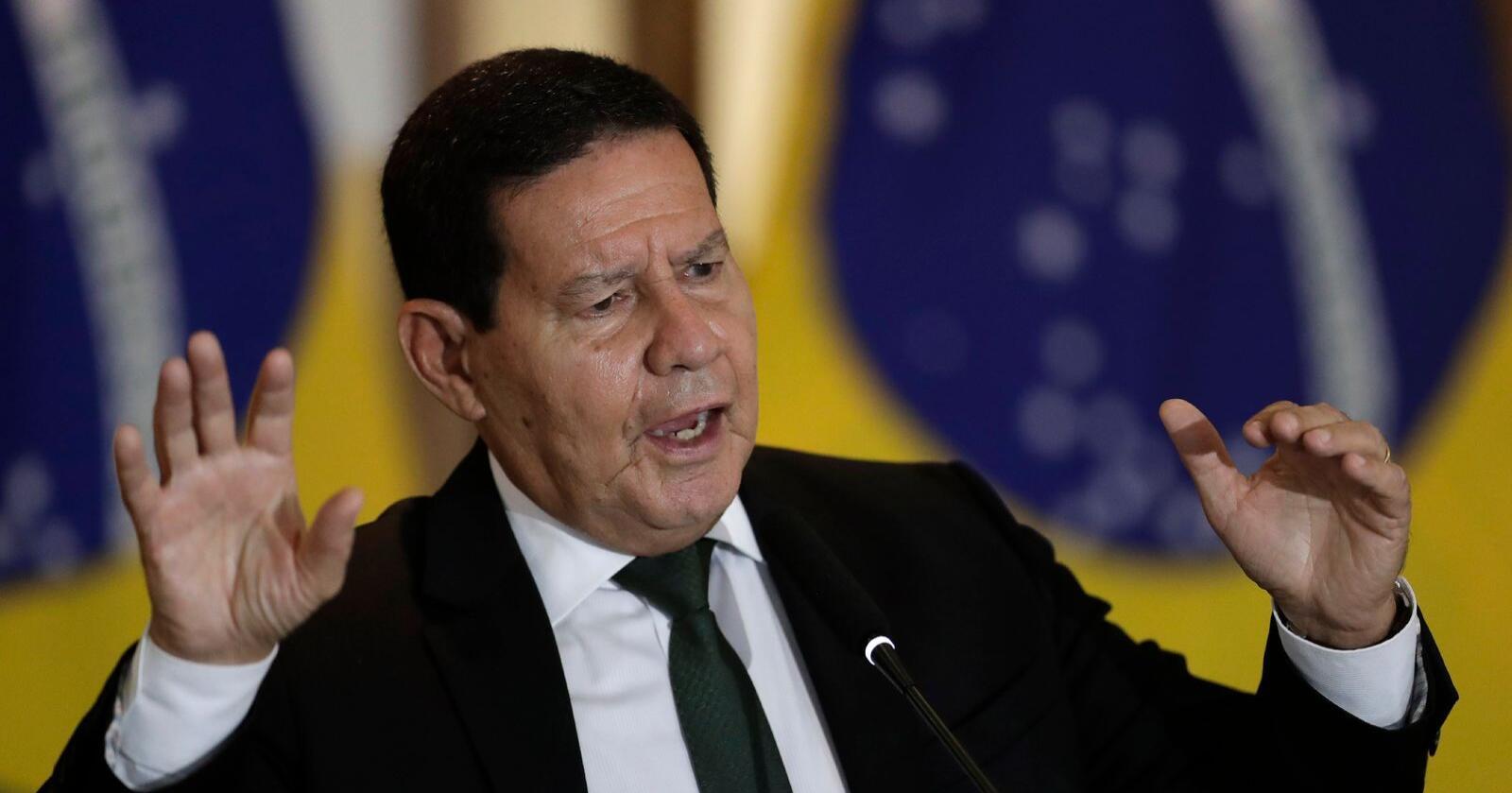 Visepresident Hamilton Mourao i Brasil leder president Jair Bolsonaros innsatsgruppe for Amazonas. Han la fram de nye tallene for avskoging og forsvarte på samme tid regjeringens innsats. Foto: Eraldo Peres / AP / NTB