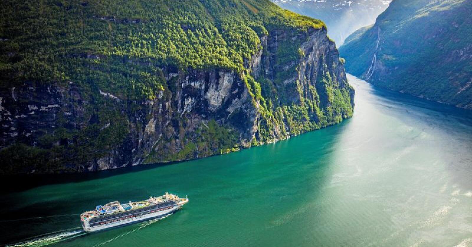 Cruiseskipet Sapphire Princess på veg ut Geirangerfjorden i Møre og Romsdal. Foto: Halvard Alvik, NTB scanpix