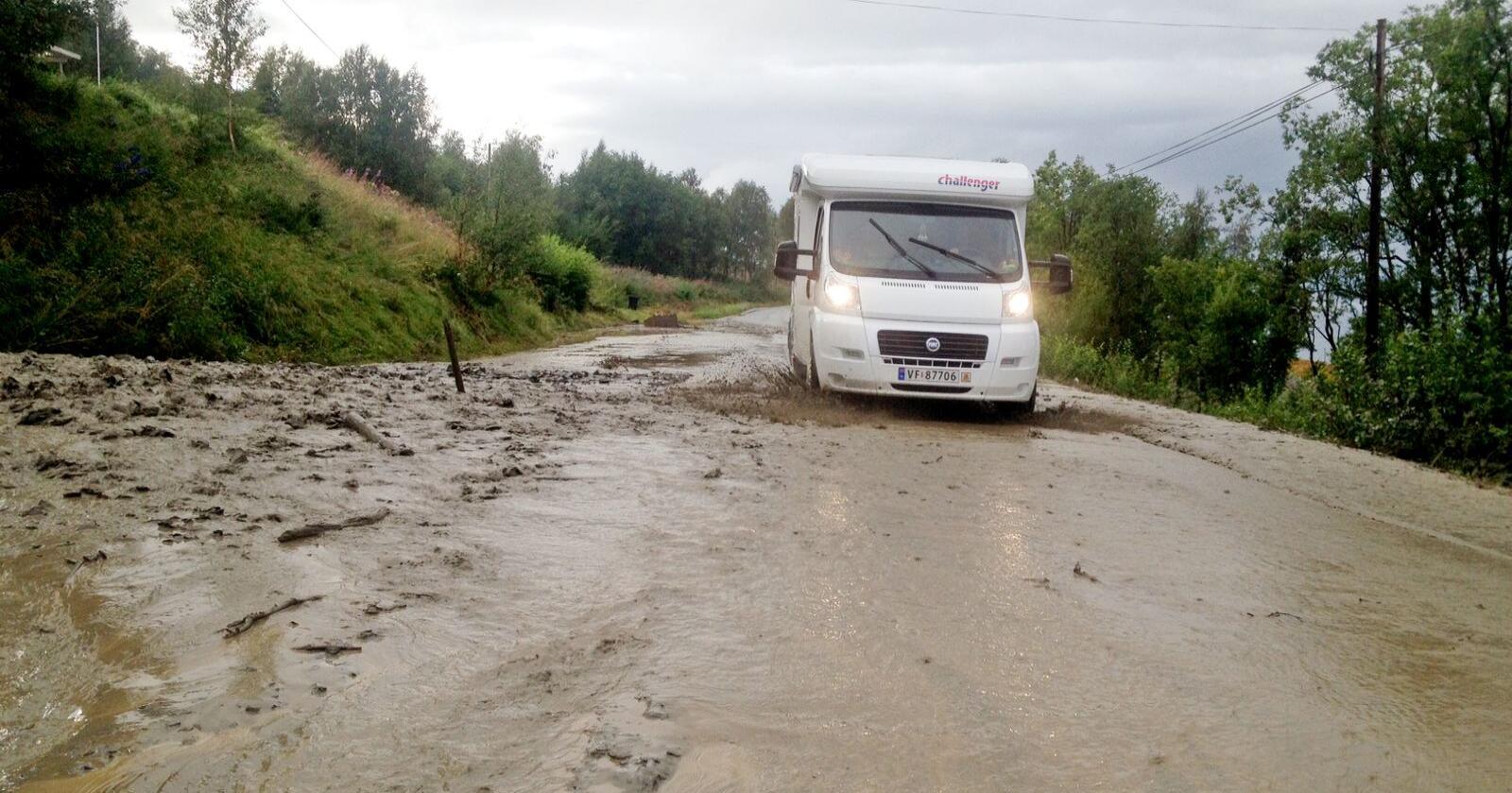 Påfyll av matjord: Norske distriktsveier (her fylkesvei 295 i Lyngen) forfaller planmessig. Foto: Dag Tore Larsen / NTB