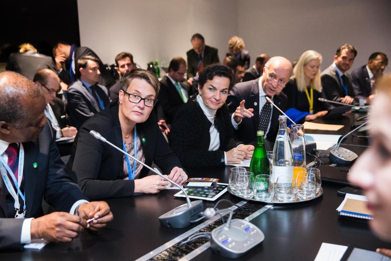 Klima- og miljøminister Tine Sundtoft (i midten) er med på å lede forhandlingene om skjerpede utslippsmål og langsiktige globale mål om utslippskutt. Ved siden av Sundtoft sitter FNs klimasjef Christiana Figueres og Frankrikes utenriksminister Laurent Fabius på dette bildet som er tatt tidligere denne uken. Foto: Berit Roald / NTB scanpix