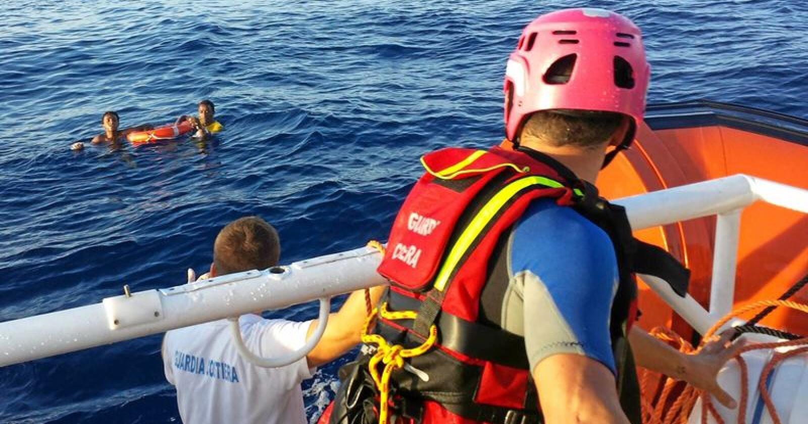Må reddes: Deretter blir løsningene på migrantkrisen mer kompliserte. Foto: Guardia Costiera