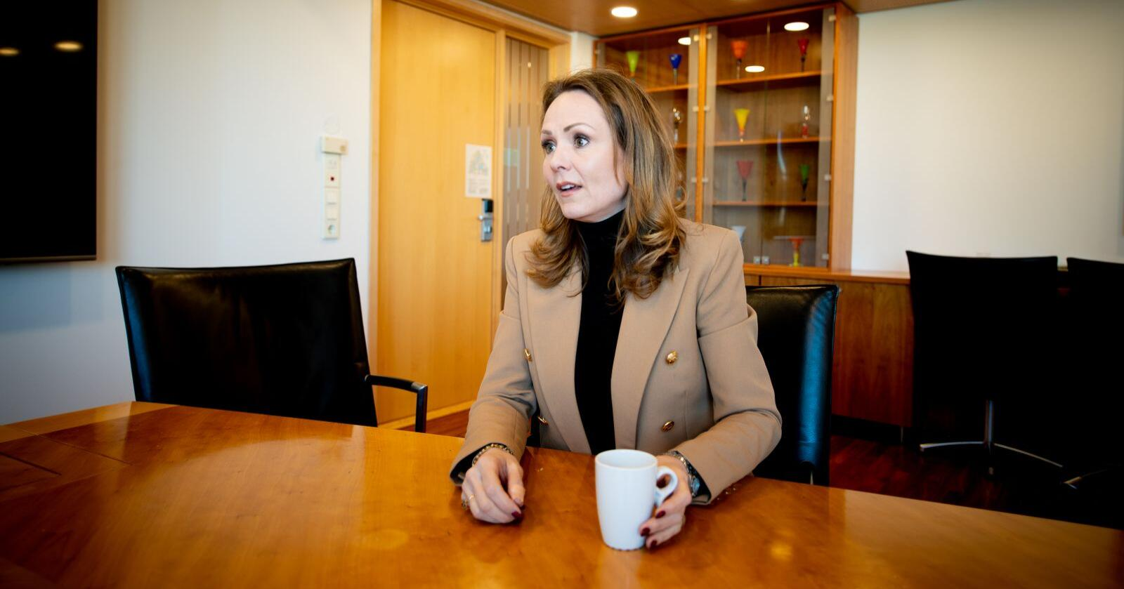Lederen av Høyres programkomité, Linda Hofstad Helleland, i samtale med Nationens journalist, Henrik Heldahl. Foto: Vidar Sandnes