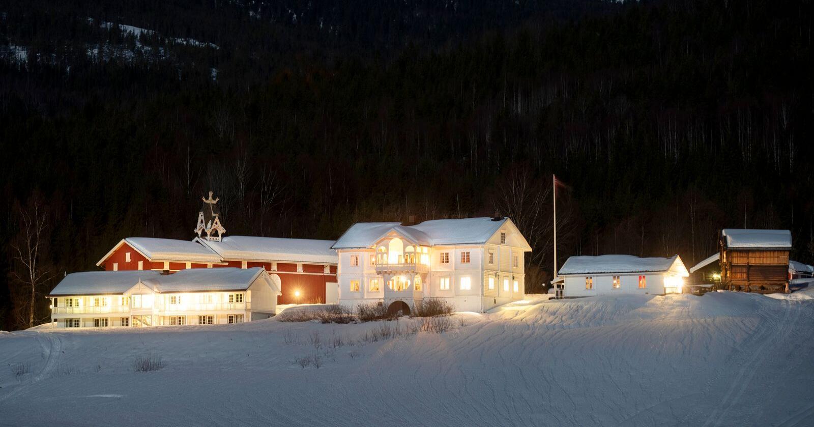 Ringnes Gård ligger ved Krøderfjorden og har vært i Ringnes-familiens eie i 700 år. Foto: Fredrik Solstad