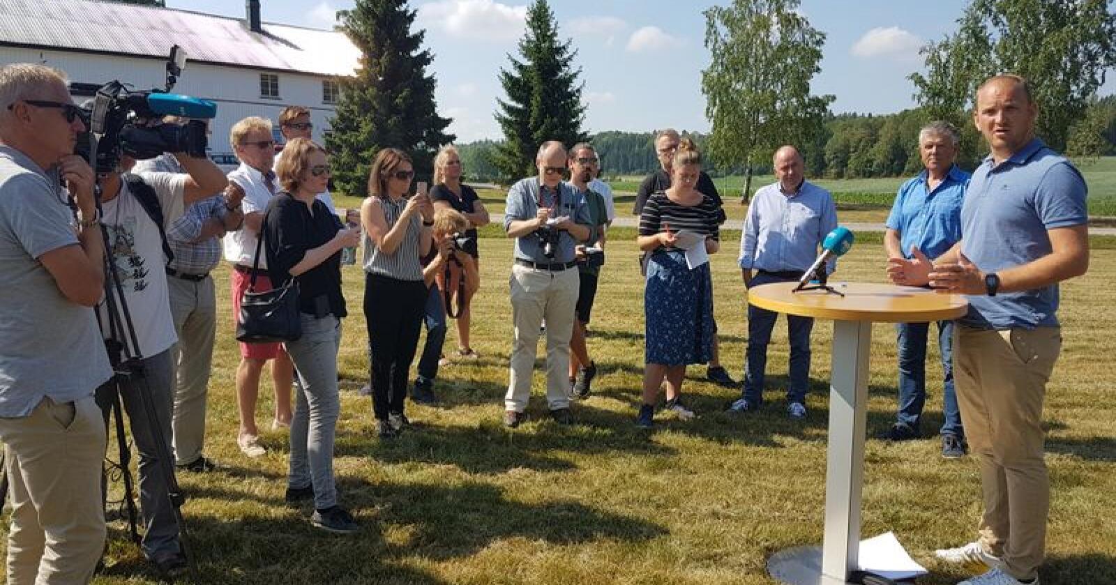 Landbruks- og matminister Jon Georg Dale (Frp) møtte tørkerammede bønder i Vestfold. Foto: Vestfold Bondelag