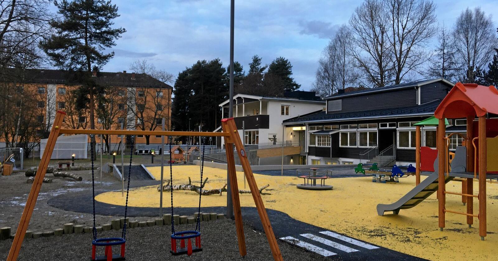 Gummiasfalt preger stadig flere uteområder i norske skoler og barnehager. Foto: Cowi AS