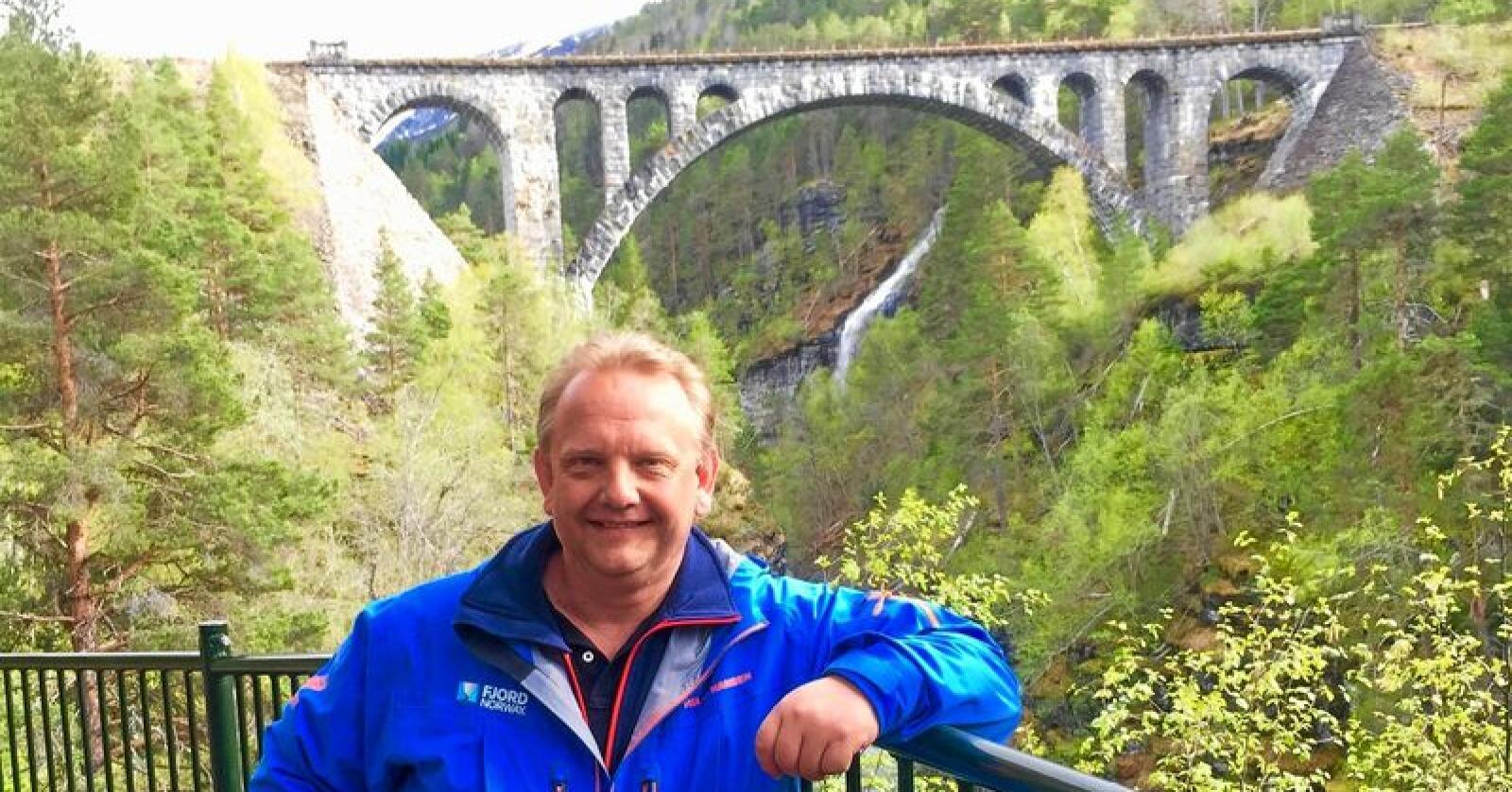 Større bærekraft:  – Vi arbeider med å få etablert en felles visjon for reiselivet – med mål om redusert klimaavtrykk og større bærekraft, sier administrerende direktør Kristian B. Jørgensen i Fjord Norge AS. Her ved turistmagneten Raumabanen i Møre og Romsdal. Foto: Privat