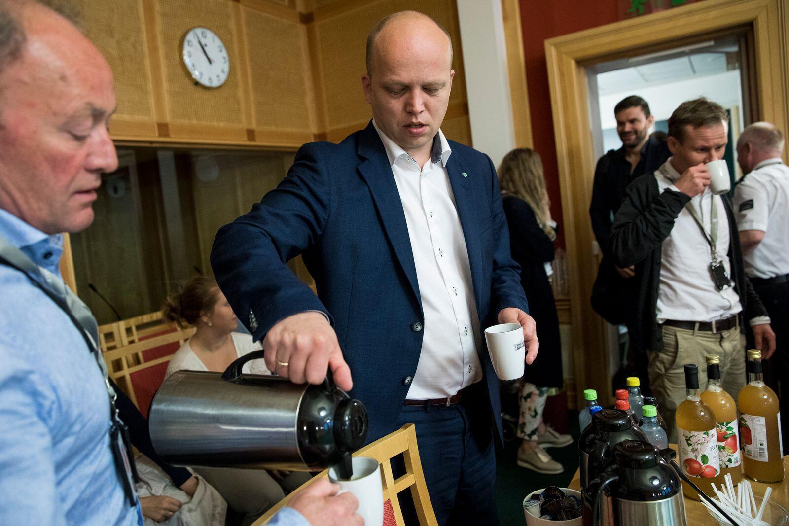 Partijleider Drigway Sloxvolt schonk koffie tijdens de laatste persconferentie van de partij in het Scripture Center.  Foto: Door Meek / NDP