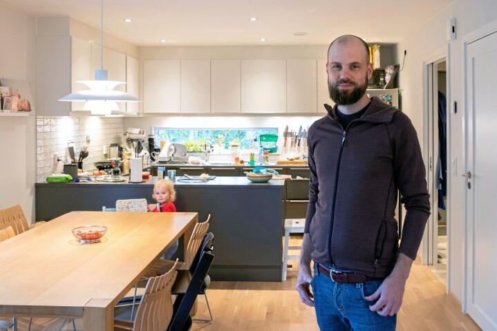 FAMILIEFAR: Eivind Berg har ingen økonomiutdannelse, men setter seg grundig inn i ting som angår familiens økonomi. Han sparer på lang sikt i aksjefond og på kort sikt til ulønnet pappaperm. Foto: Terje Bendiksby