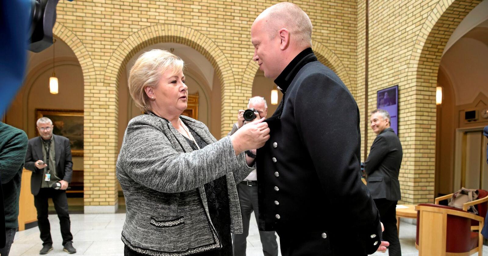 Det ironiske er at Erna Solberg, som alltid snakker om respekt og opptrer seriøst, nå legger opp til en amerikanisert valgkamp. Dette er godt nytt for Sp, skriver innsenderen. Her sjekker statsministeren Vedums bunad etter en spørretime på Stortinget. Foto: Vidar Ruud / NTB