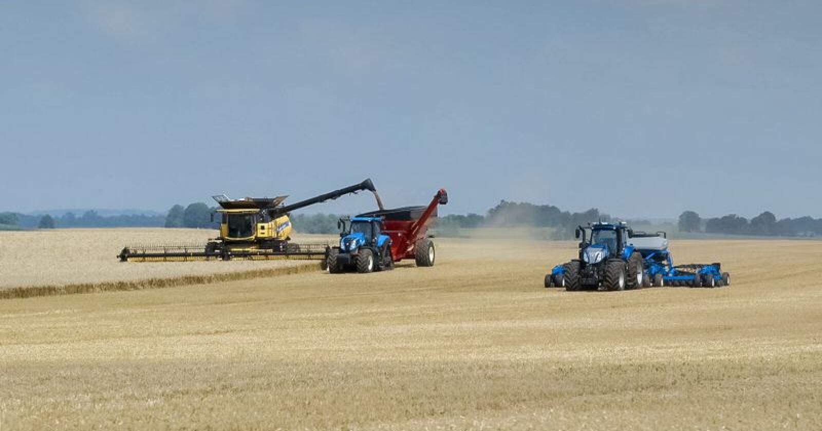 """New Holland vinner gjeve """"Machine of the year"""" for både treskeren CR Relevation og traktoren T5 Auto Command under SIMA 2019 (Foto: CNH)"""