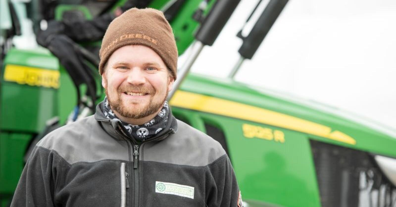 GÅRDSTRAKTOR: – En ypperlig gårdstraktor, mener Lars Halvor Stokstad Oserud, som har kjørt tusen timer med sin John Deere 5125R. Foto: Felleskjøpet