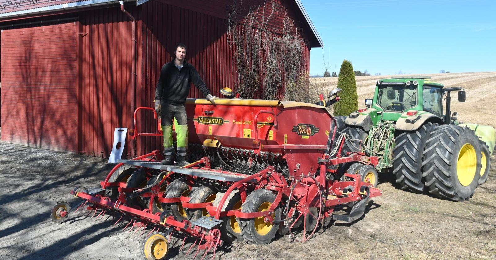 Dave Eggum har hatt optimale våronnforhold på Nes på Romerike. Han har sådd mer vårhvete enn tidligere, men ønsker seg mer regn for høstkornet som allerede er etablert. (Foto: Tommy Norum)