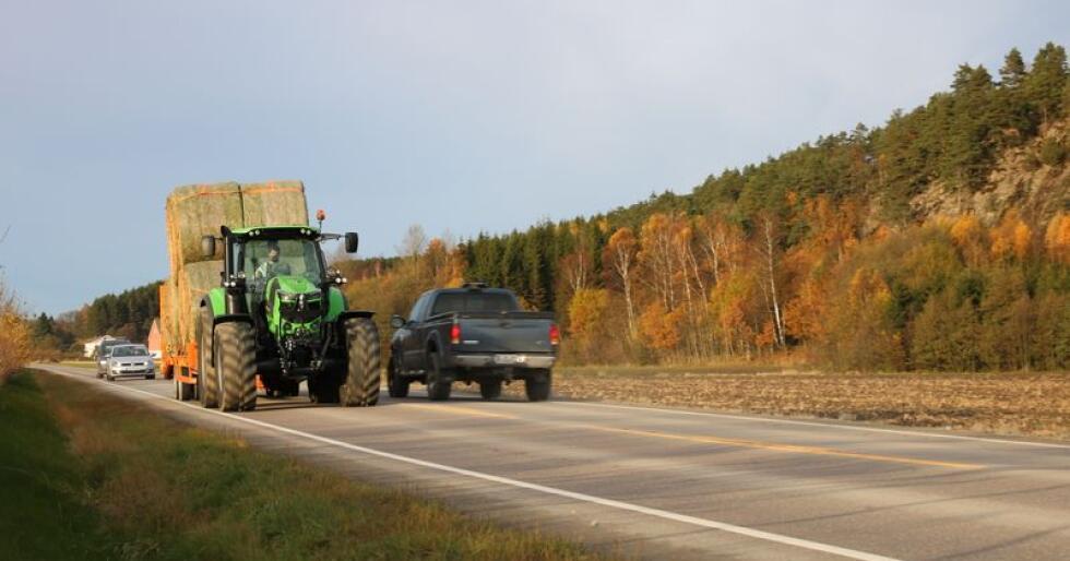 Rapporten fra det Danske Vejdirektoratet avdekker at regelverket for bruk av landbruksredskap etter bilvei bør drøftes. (Foto: Arkivfoto, Traktor)