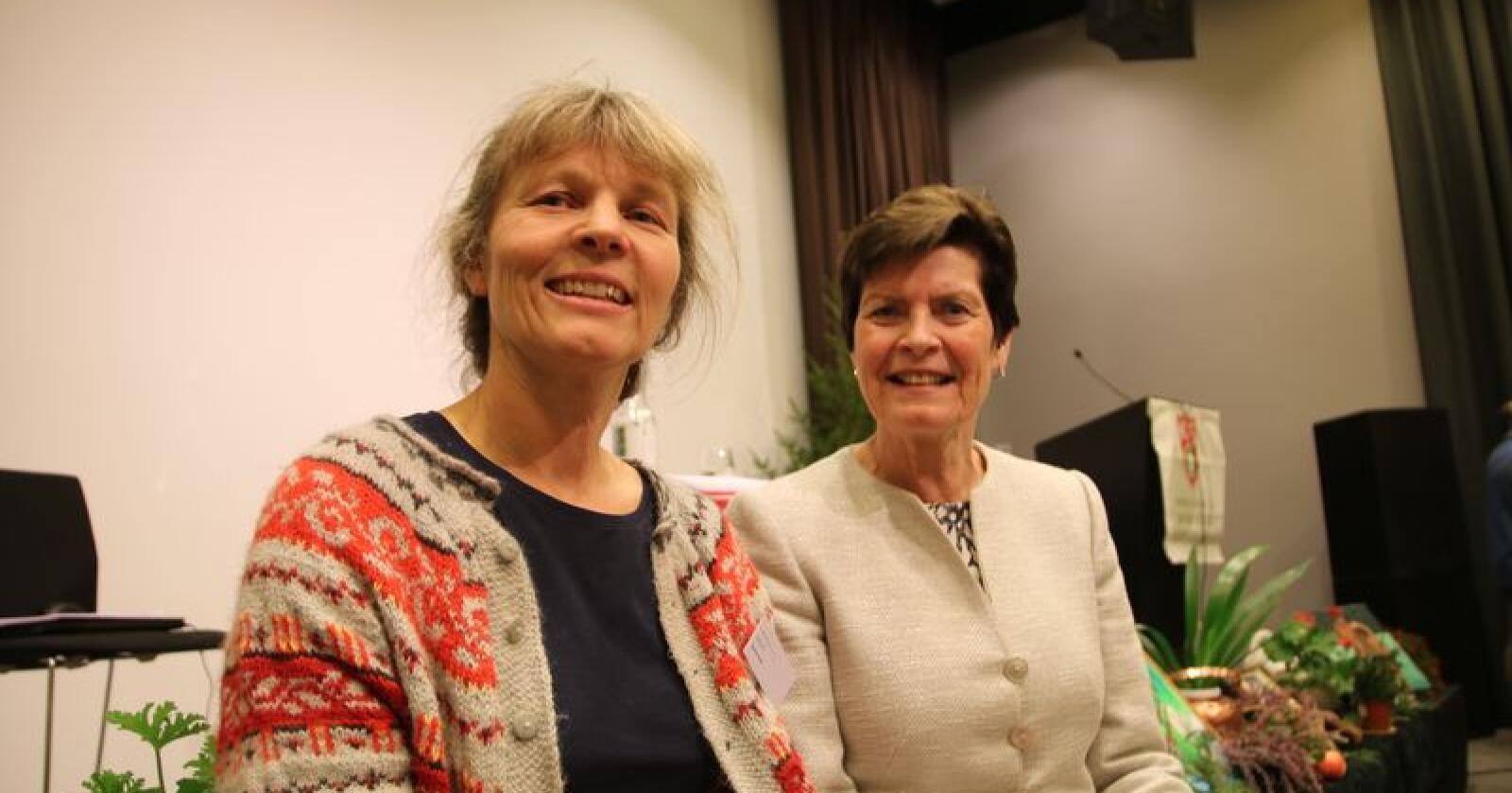 Kjersti Hoff (t.v.) ble valgt til ny leder i Småbrukarlaget i 2018. Her sammen med tidligere leder i Småbrukarlaget, Merete Furuberg. (Foto: Karl Erik Berge)