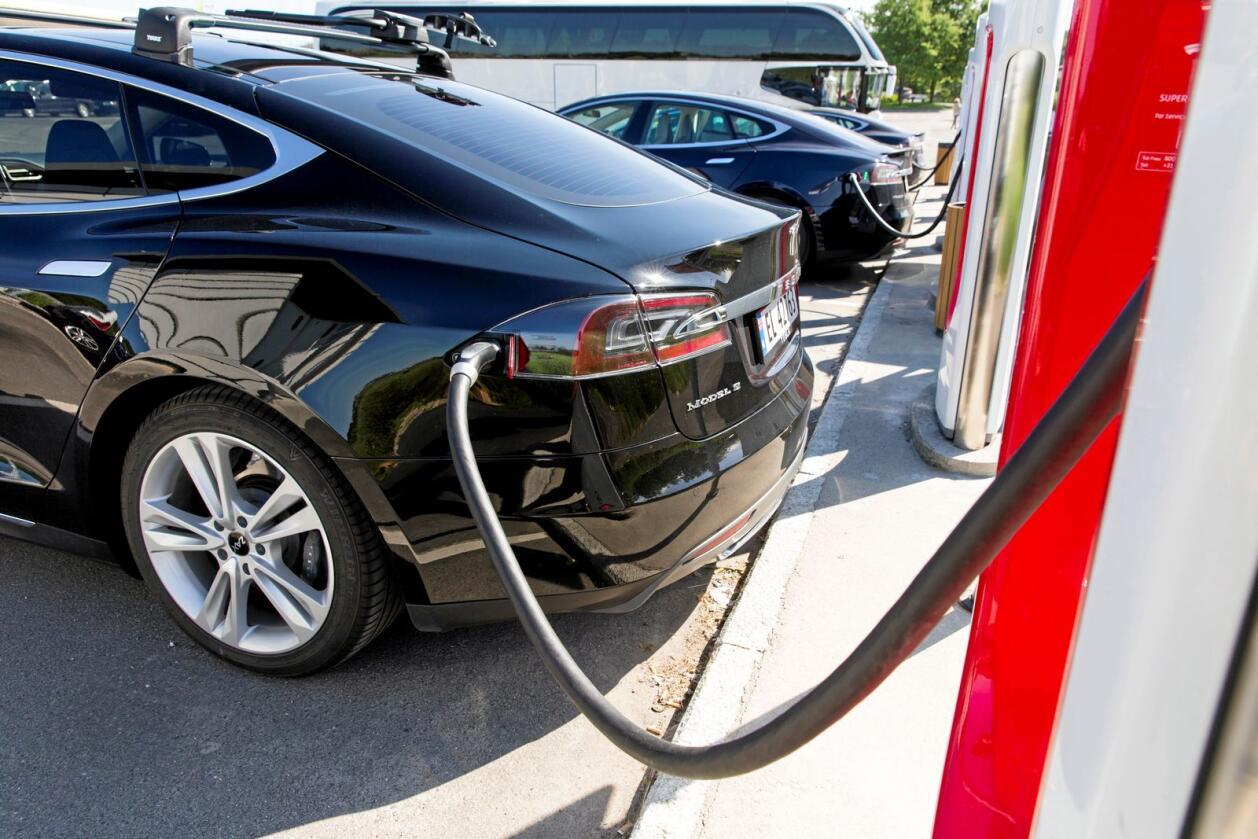 Det tok fyr i en Tesla i en garasje på Karmøy natt til lørdag. Bilen sto ikke til lading, ifølge politiet. Her står en Tesla til lading i Østfold. Foto: Tore Meek / NTB scanpix