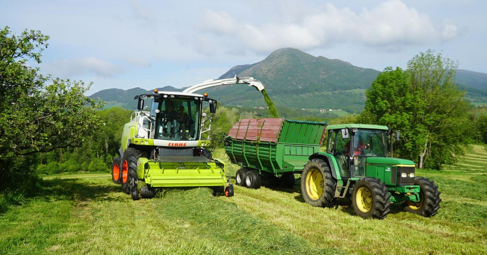 Sein og etterhvert tørr vår skaper utfordringer for grasavlingene noen steder i landet. Arkivfoto: Traktor