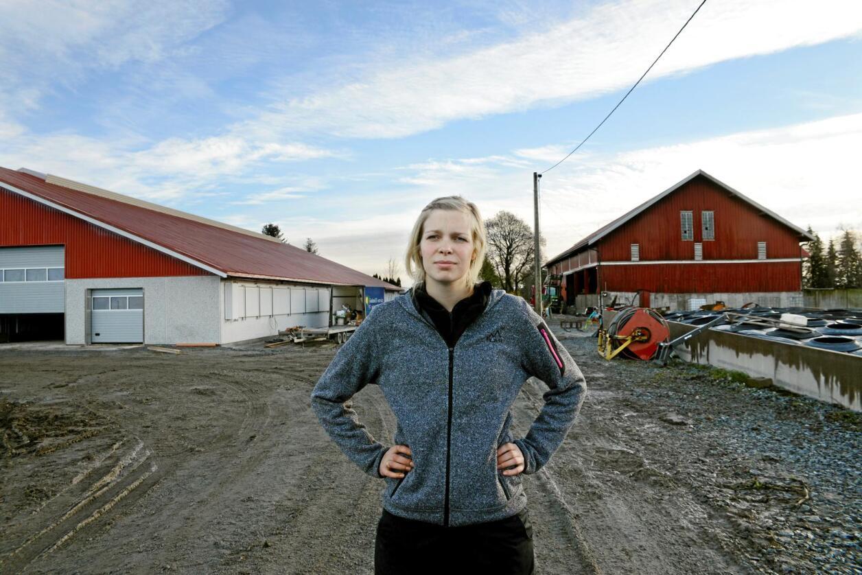 Tilskotskutt: Kristin Thonerud (28), som driv med økologisk mjølkeproduksjon i Spydeberg i Østfold, er skuffa over å få meir enn 20.000 kroner i kutt i tilskota til gras og beitedyr i årets jordbruksoppgjer. Foto: Mariann Tvete
