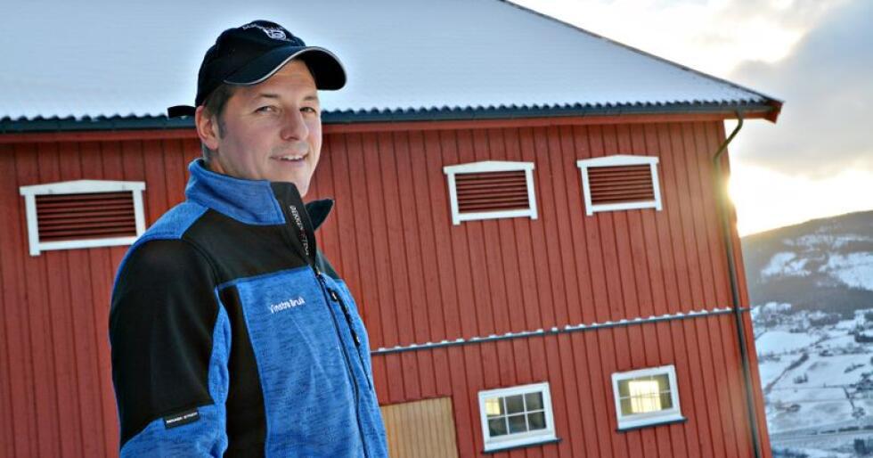 Jørn Skoe (38) driver med korn, melkekyr og kjøtt på Vinstra. – Jeg kunne tenkt meg å bygge på fjøset, men uten nødvendigvis å øke kvoten. Foto: Anders Sandbu