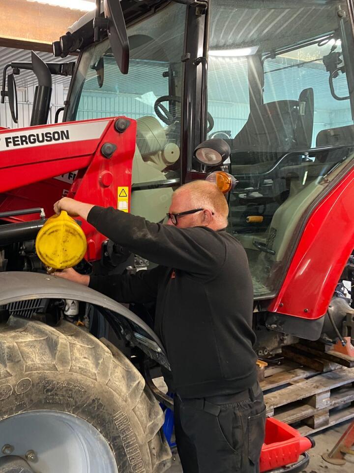 Høyteknologi: Skal en moderne traktor gjøre jobben sin uten driftsavbrudd i mange år, er korrekt olje kritisk. Her er Rune Frøland Nielsen hos Hadeland Traktorservice i gang med oljeskift.