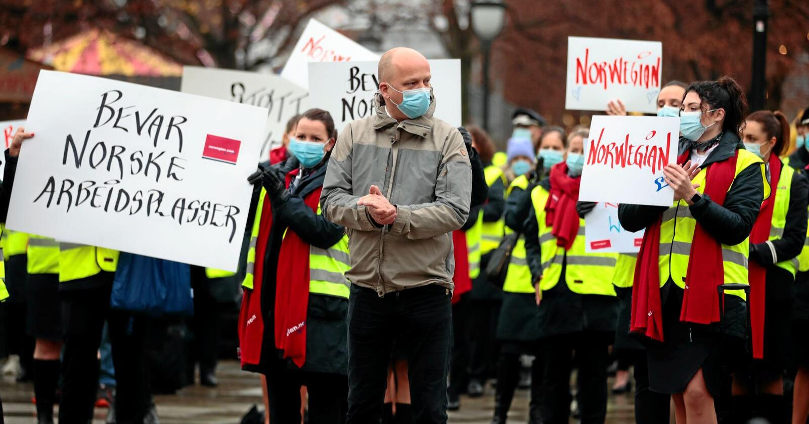 Gule vester: Her støtter Trygve Slagsvold Vedum de demonstrerende Norwegian-ansatte foran Stortinget. Sp-lederen ser ut til å ha et EØS-dilemma i fanget. Foto: Jil Yngland / NTB