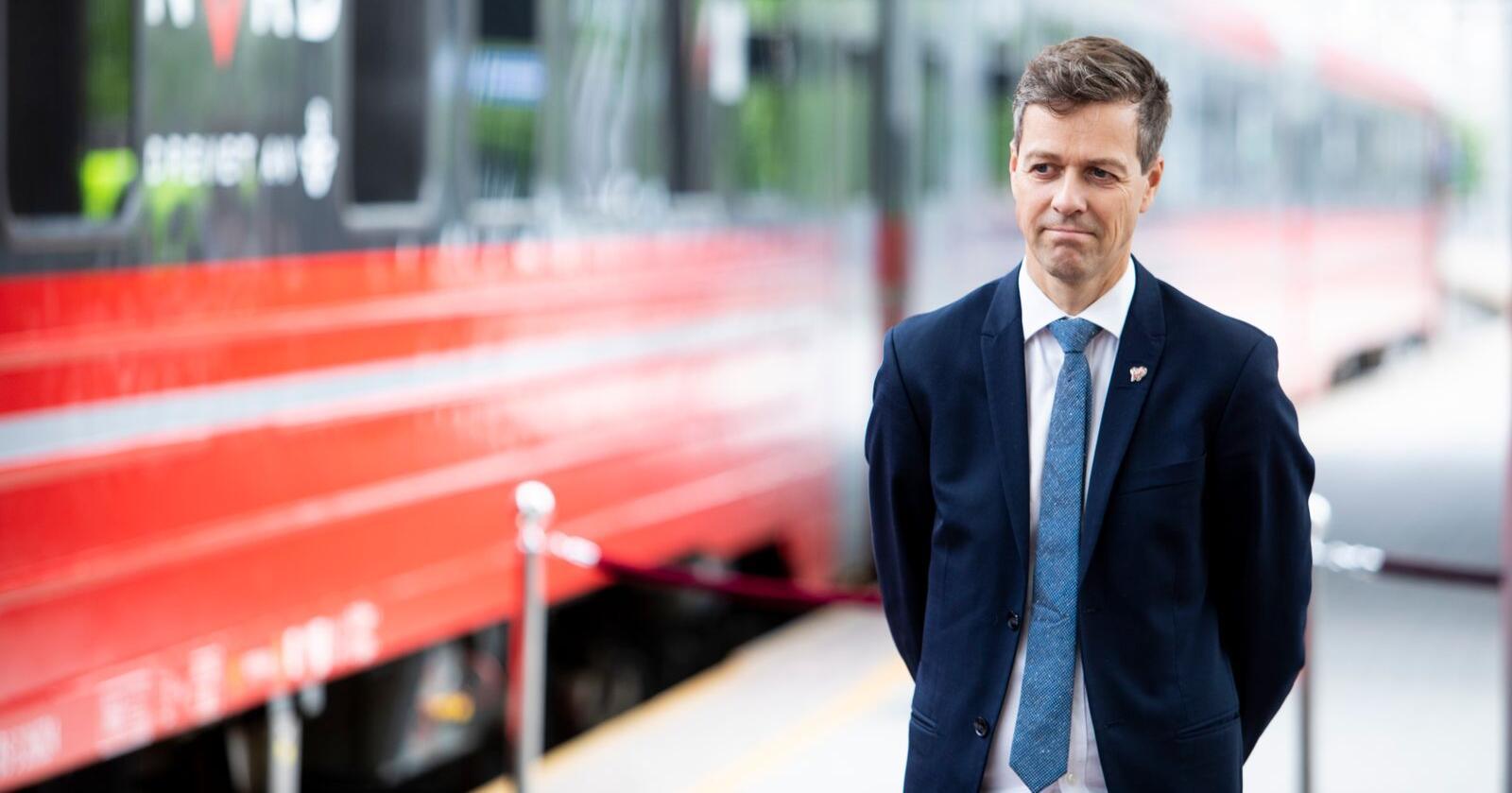 Samferdselsminister Knut Arild Hareide konkluderer med at noen tog må stå på tomgang frem til nye togparkeringer er på plass. Foto: Tore Meek / NTB