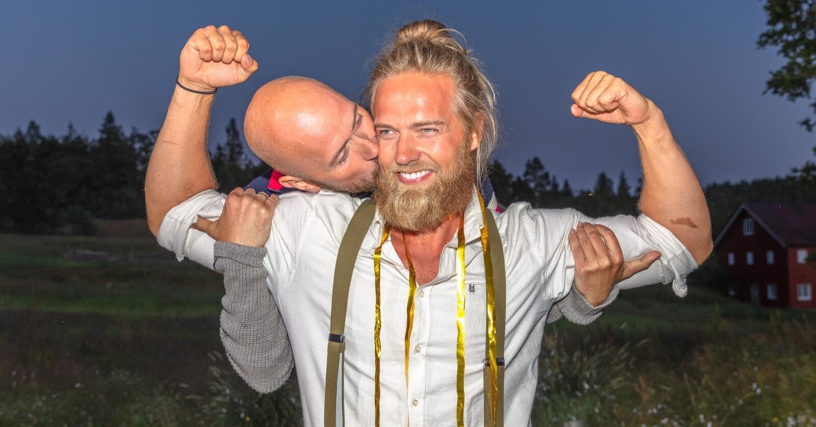 Instagram-stjerne Lasse Matberg fikk et kyss på skinnet av komiker Terje Sporsem etter å slått ham i «Farmen Kjendis»-finalen. Foto: Alex Iversen/TV 2