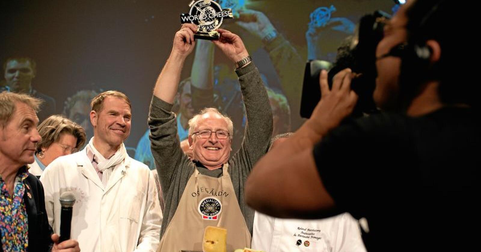 Jørn Hafslund lager verdes beste ost. Fredag vinner han Oste-VM over mer enn 3700 andre oster. Foto: Odd Mehus