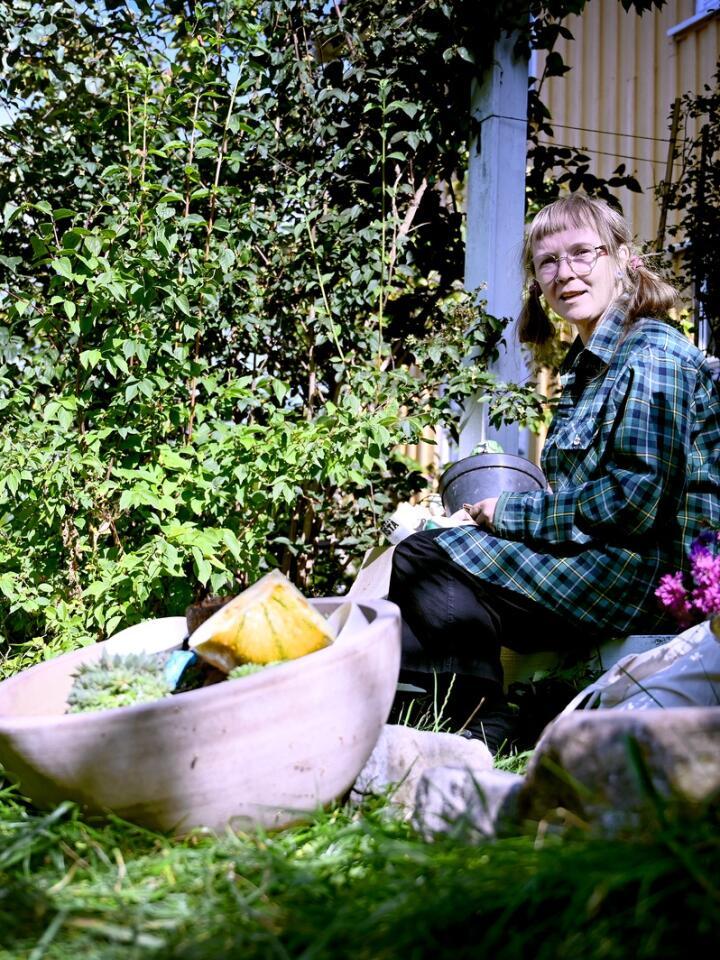 Hageentusiast Monica Marcella Kjærstad tar ut frø fra squash for å gi tilbake til frøbiblioteket hos lokalmatbutikken Bælgodt. Foto: Mariann Tvete