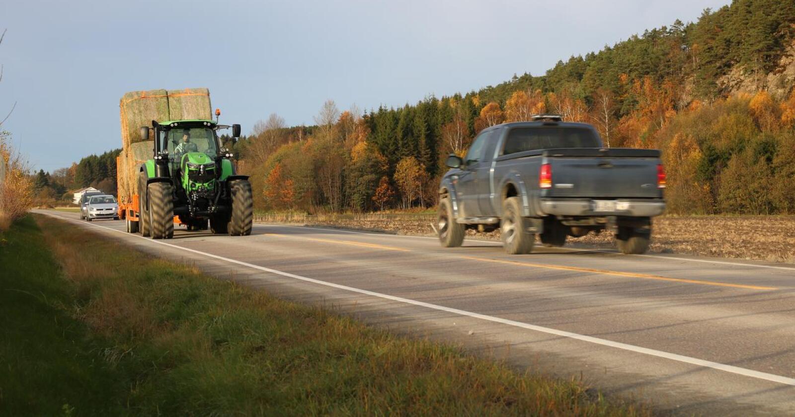 Ulike hastigheter: Vegvesenet og regjeringen vil ha flere trafikanter over på samme fart. Men Bondelaget og Skogeierforbundet mener forslaget treffer dårlig, og virker ekskluderende for næringsdrivende. (Foto: Traktor)