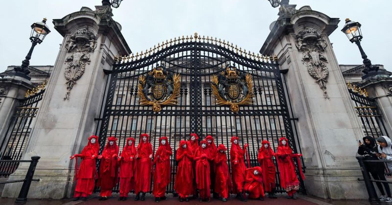 Extinction Rebellion-aktivister poserer for fotografene utenfor Buckingham Palace i London mandag. Foto: Alberto Pezzali / AP / NTB scanpix