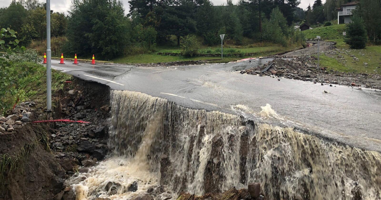 Store nedbørsmengder førte til flom og oversvømmelse i Brumunddal i 2019. Nå advarer NVE mot flomfare i blant annet Nord-Norge. Foto: John Arne Holmlund / HA / NTB scanpix