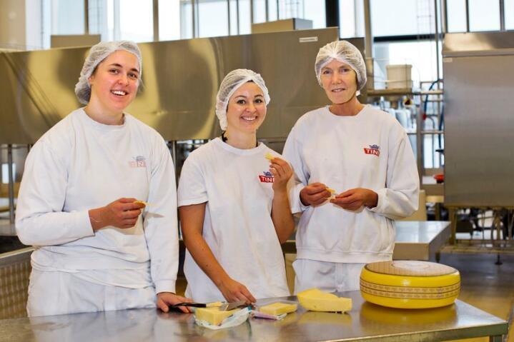 Lidenskap for ost: – For oss er det viktig å smake på andre oster, sier produktutviklerne i Tine, Guro Ediassen (t.v.) May-Liss Røsberg Heggland ( i midten) og Anne Garsrud (t.h.) Foto: Solfrid Sande
