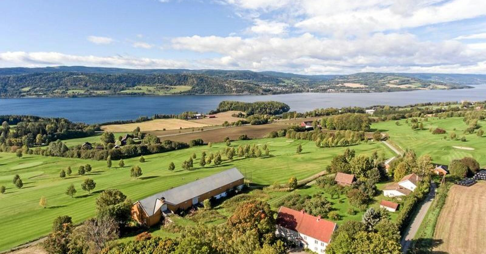 På Moelv selges en stor gård med golfbane og mjøsutsikt. Foto: Jan Tore Øverstad / Eiendomsmegler 1