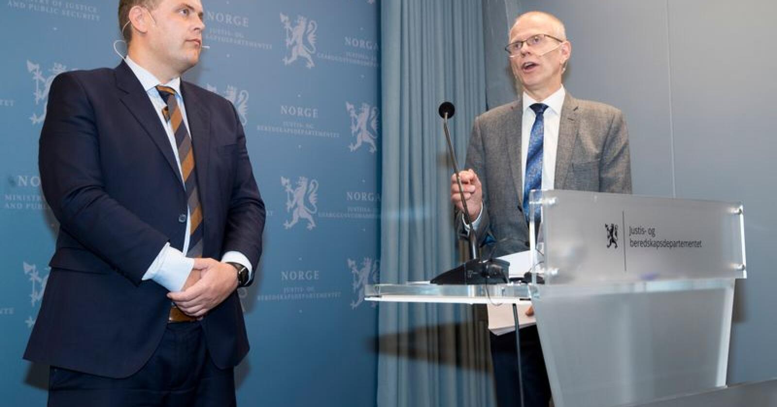 I forrige uke fikk justisminister Jøran Kallmyr (Frp) overlevert rapporten fra lederen i Domstolkommisjonen, Yngve Svendsen. Kommisjonen foreslår å legge ned over halvparten av landets domstoler. Foto: Terje Pedersen / NTB scanpix