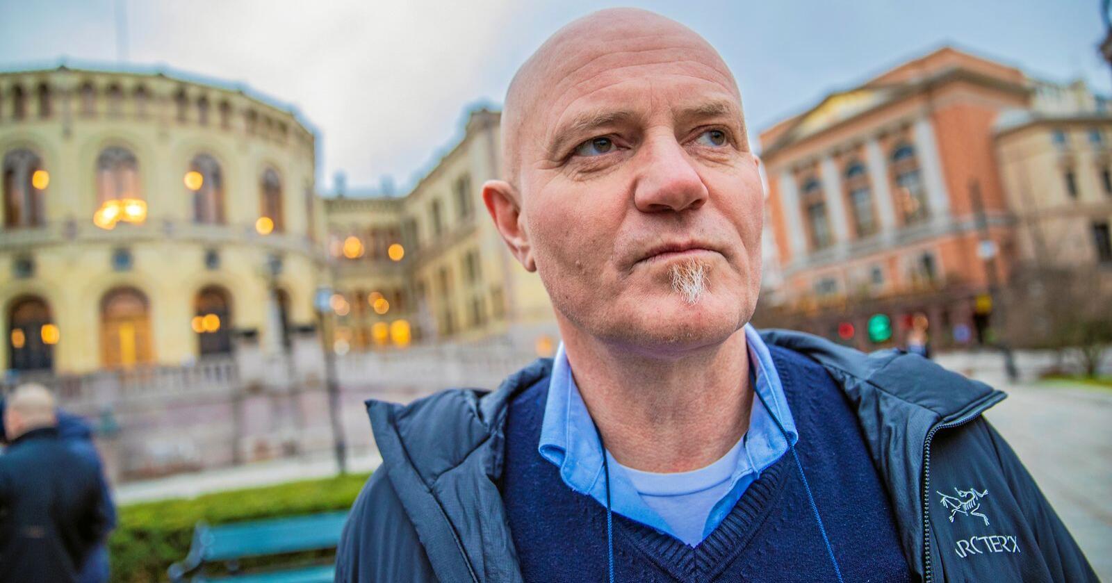 Øystein Storholm (57) mener han er for gammel til å begynne å ta utdanning nå, etter å ha vært pelsprodusent i 44 år. Derfor er også frustrasjonen stor over at han ikke får omstillingsmidler til å omstille seg innenfor et felt han allerede har kunnskap om og utstyr til. Foto: Stian Lysberg Solum / NTB scanpix