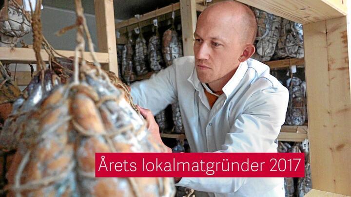 – Vi er små, men vil ikke bli større. Målet er ikke å bli rik, men å lage Norges beste spekeskinke, sier Kristoffer Evang. Her sjekker han den italienske delikatesseskinka culatello.