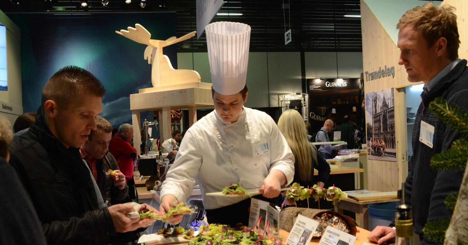 Landbruksnæringa og kokk- og restaurantbransjen er knyttet sammen igjennom maten, påpeker bondelagsleder Lars Petter Bartnes. Her er norske kokker og utstillere i svin under en tidligere Berlin Grüne Woche. Arkivfoto: Liv Jorunn Denstadli Sagmo