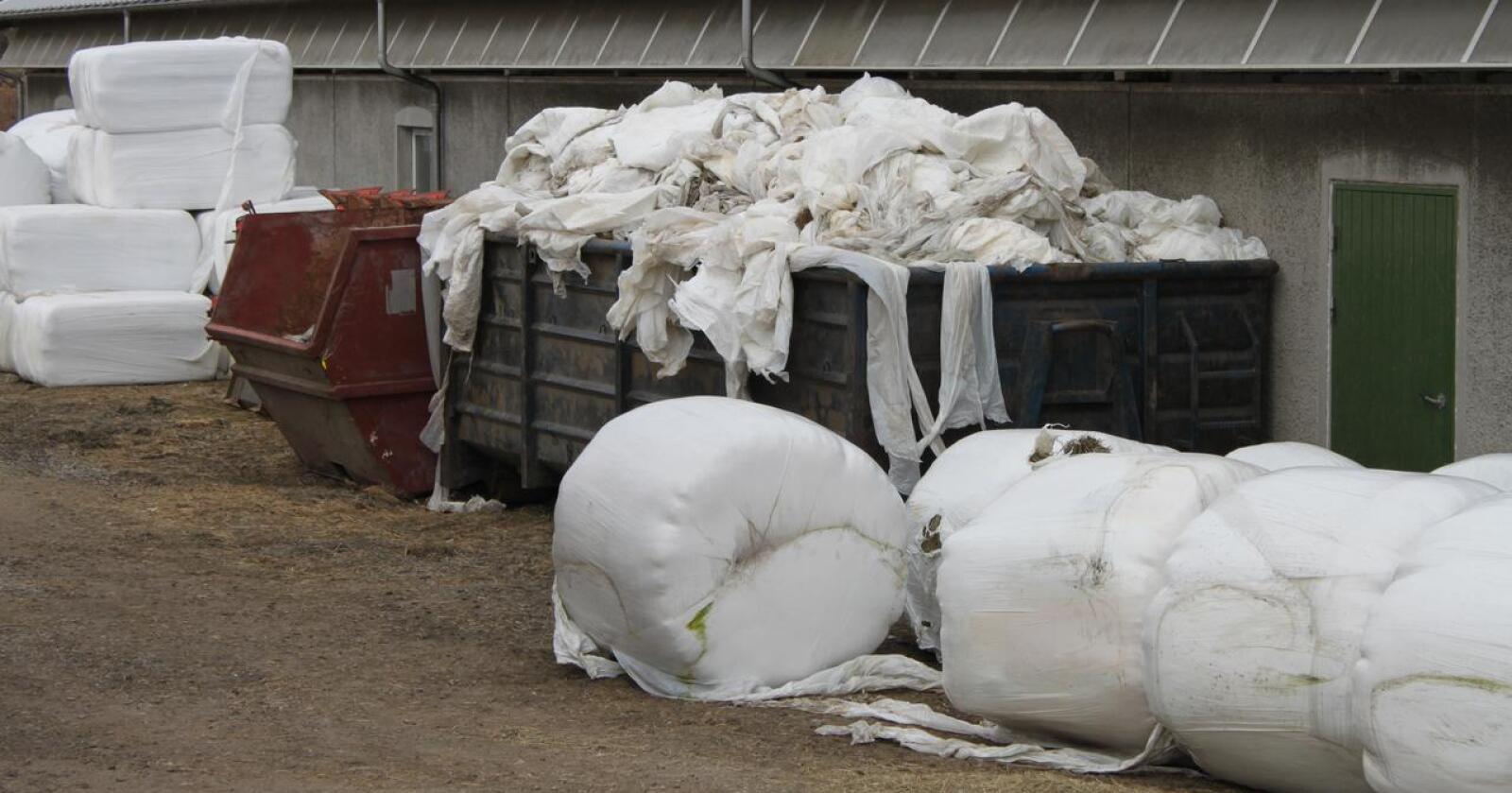 GRATIS: Så lenge den er rein og komprimert, henter Felleskjøpet plasten gratis, samtidig som de leverer andre varer på gården. Arkivfoto: Norsk Landbruk.