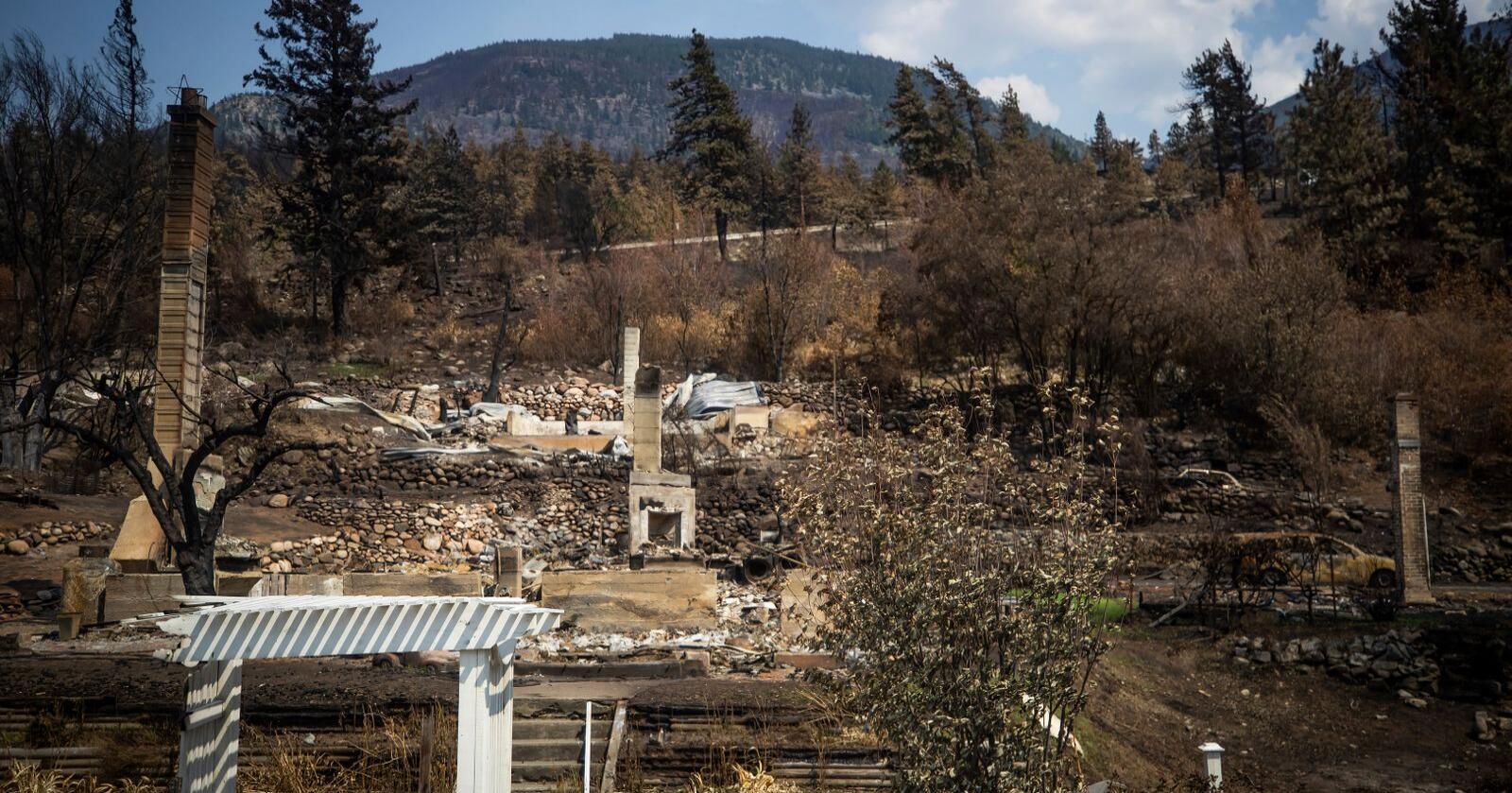 Ødelagte hus i Lytton i British Columbia etter skogbrannene som herjet tidligere i sommer. Foto: Darryl Dyck/The Canadian Press via AP / NTB